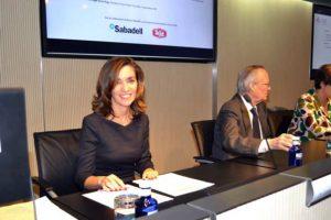 PIE DE FOTO: Ana Isabel González, presidenta del CEL y directora de Logística de Procter & Gamble, firma el acuerdo de colaboración con ABE